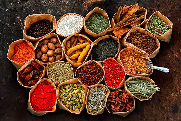 Utilizar especias para cocinar es una de las estrategias que se recomiendan para reducir la cantidad de sal que echamos para dar sabor a los alimentos
