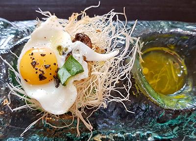 Nido de huevos de codorniz, con pasta Kataifi, mantequilla de boletus y albahaca del restaurante AIE | Foto: J.L.C.