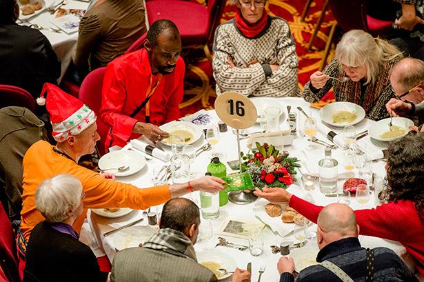 Unas personas celebran la cena de Navidad en la iglesia Koepelkerk en Amsterdan (Países Bajos) ofrecida por el Ejército de Salvación Danés | Foto: EFE/Robin Van Lonkhuijsen