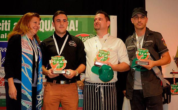 Ayoze Pérez, primero por  la izquierda, ganador absoluto del I Campeonato de Pizzeros de Tenerife, en representación de Pizza Family, de Icod de los Vinos.