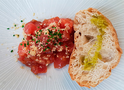 Tartar de atún con foie gras y pan de cristal del restaurante Abikore | Foto: J.L.C.