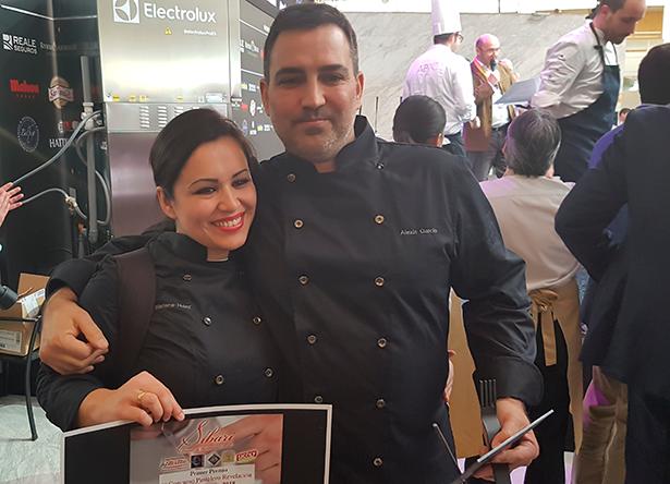Alexis García y su mujer, Marlene Hernández, posan sonrientes tras recibir el premio   Foto: J.L.C.