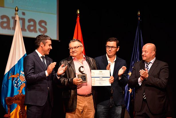 Luis Hernández recibe el premio al Mejor Aceite de Canarias
