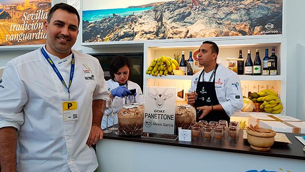 Alexis García, junto a su panettone hecho con mantequilla y queso de cabra | Foto: J.L.C.