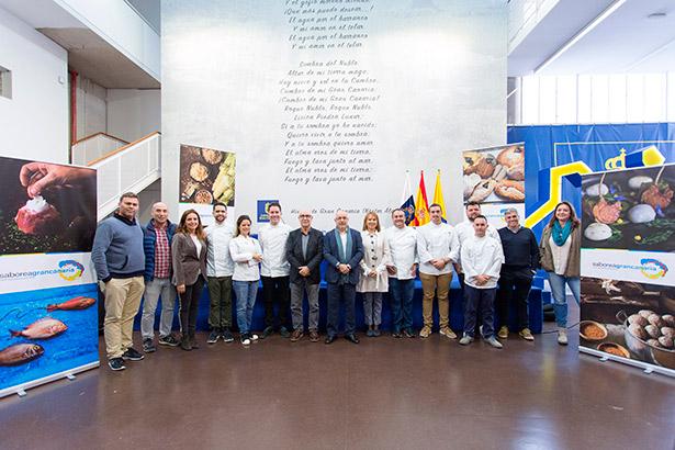 Foto de familia de autoridades y cocineros durante la presentación | Foto: Cabildo de Gran Canaria