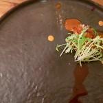 Caldo millo cremoso, guiso de cerdo ibérico, mojo de cilantro y zanahorias | Foto: J.L.C.