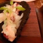 Tacos mar y tierra: pulpo, tortilla de maíz, algas y emulsión de lima