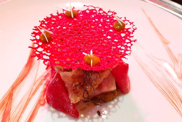 Papada de cerdo ibérico curada con piquillo asado, yema de huevo y trufa