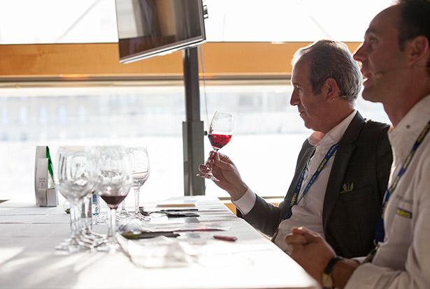 Agustín Santolaya, director general de Bodegas Roda, durante una cata | Foto: Coconut