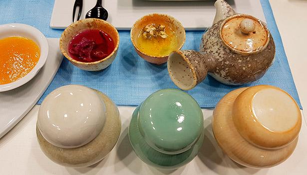 La cultura gastronómica de Corea, donde se colocan todo tipo de platos a la vez, desarrolló a su vez, la cultura de la vajilla | Foto: J.L.C.
