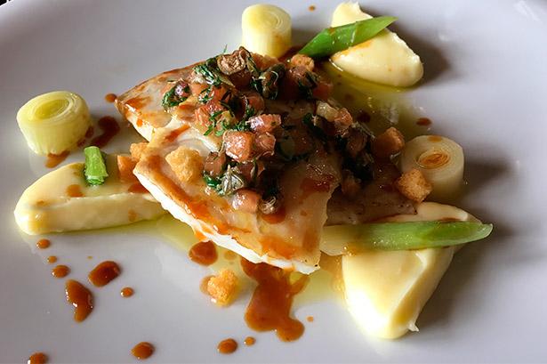 Rodaballo, puré, puerros, con caldo de pescado reducido y vinagreta de alcaparras