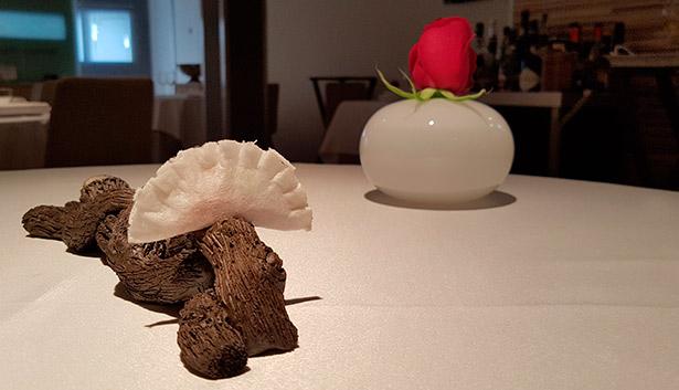 Una rosa roja siempre da la bienvenida a los comensales de El Rincón de Juan Carlos | Foto: J.L.C.