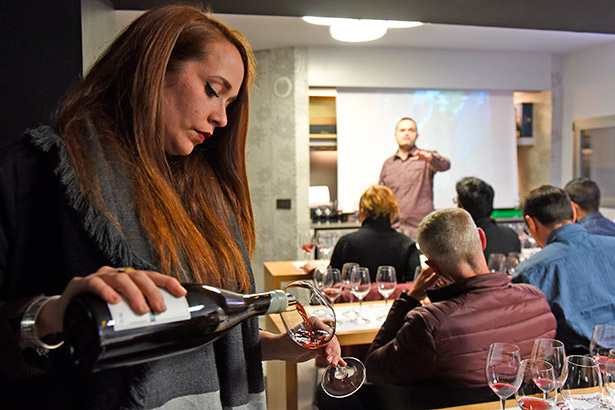 La expectación por conocer los vinos que elabora Envínate en diferentes puntos de la Península Ibérica o Tenerife, como es Taganana, La Orotava o Santiago del Teide, fue máxima | Foto: Sergio Méndez