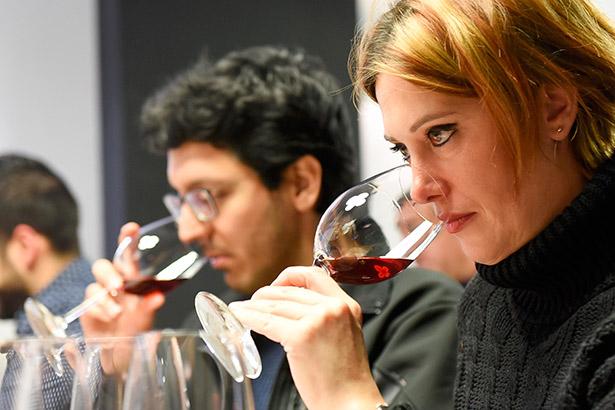 El establecimiento de El Gusto por el Vino se llenó hasta la bandera, en su mayoría jóvenes, que querían asistir a la cata de vinos | Foto: Sergio Méndez