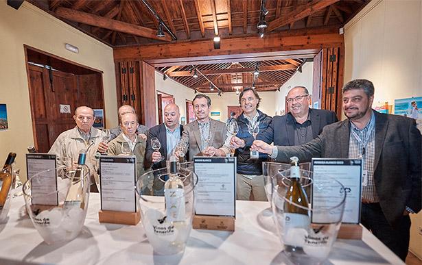 Autoridades y bodegueros, durante la inauguración de la galería de vinos
