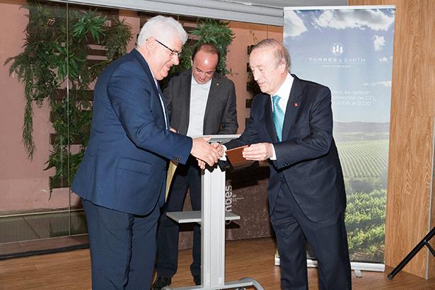 Miguel Torres entrega el premio al vicepresidente del Cabildo, Juan Pedro Sánchez