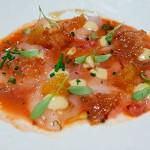 Usuzukuri de salmón sopleteado y de carabinero con caviar del cítrico yuzu y una salsa derivada de saltear la propia cabeza del crustáceo | Foto: J.L.C.