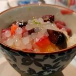 Cerezas, fresas, gelatina de melocorón, yuca, lima rayada leche de coco y hielo picado, de Tadashi Tagami | Foto: J.L.C.