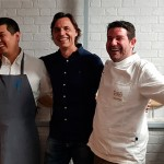 Carlos Villar y Tadashi Tagami, con Enrique Alfonso, de la bodega Altos de Trevejos, cuyos vinos maridaron el duelo culinario | Foto: J.L.C.