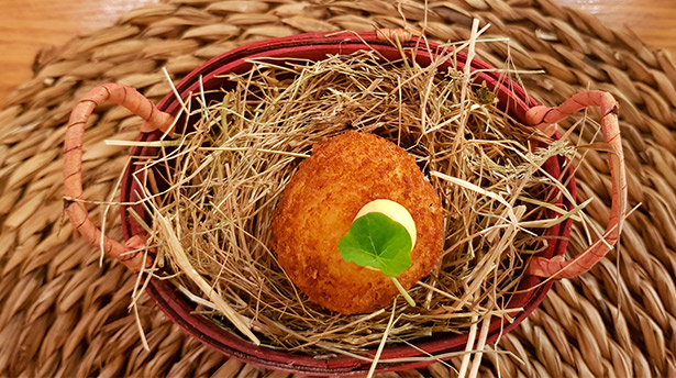 Croqueta de ají de gallina, colocada en el interior de media cáscara de huevo | Foto: J.L.C.