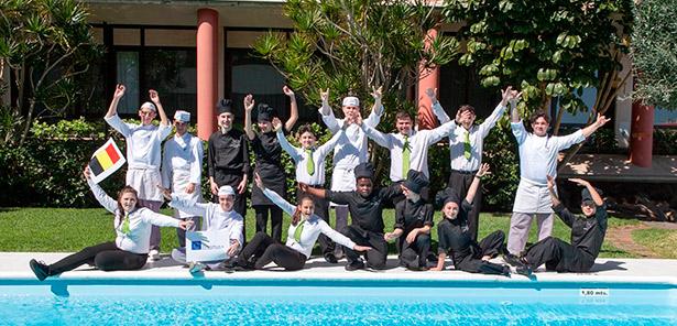 Un grupo de alumnos posan en la piscina del Hotel Escuela de Santa Cruz