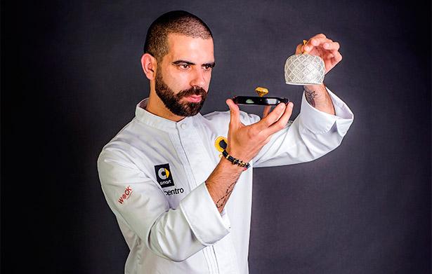 El artesano chocolatero portugués Daniel Marcelino Gomes muestra su bombón de oro | Fotografía: Ayuntamiento de Óbidos, Portugal
