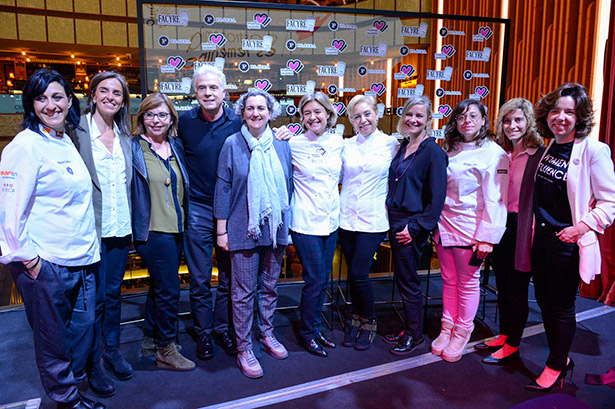 Foto de familia de las participantes en el foro Gastronomía en Femenino, junto a Pedro Larumbe
