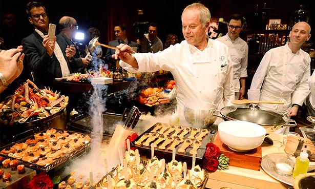 Wolfgang Puck muestra algunos de los platos que se ofrecerán durante la gala de los Oscar   Foto: TN.com