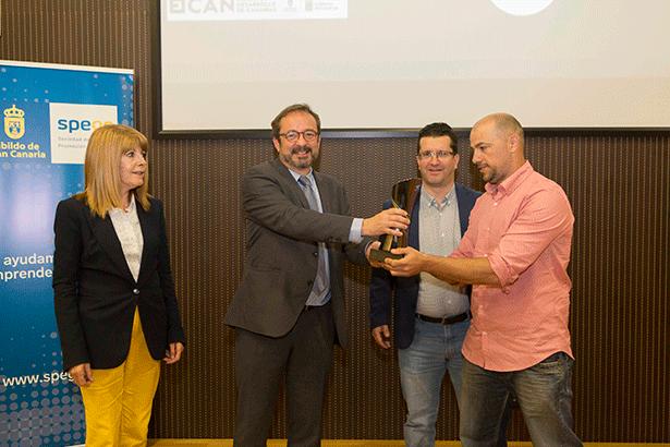 Esteban Rodríguez recibe el premio