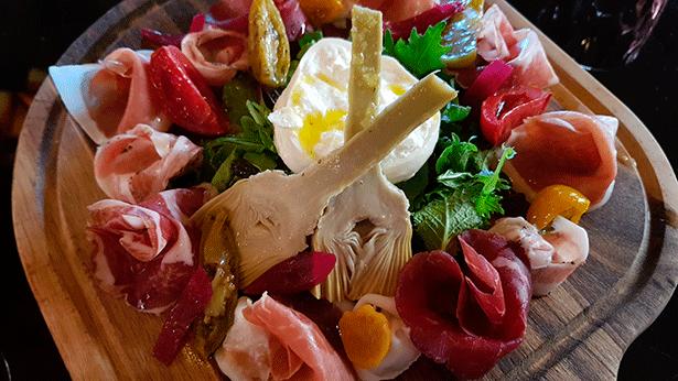 Ensalada con burrata y alcachofas, uno de los platos estrella | Foto: J.L.C.