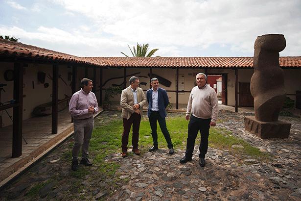 El consejero de Agricutlura y el alcalde, durante su visita a San Miguel