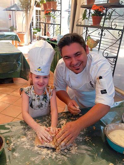El chef del restaurante Alisios, Lucas Ordóñez, con una pequeña cocinera