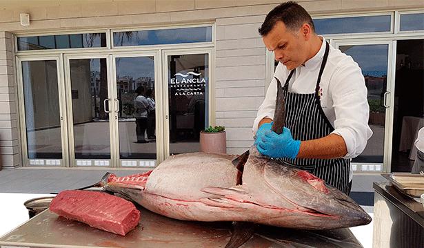 Juan Carlos Clemente, durante el ronqueo de un atún | Foto: J.L.C.