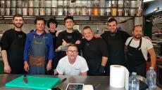 Safe Cruz y Carlos Gamonal, con sus equipos en la cocina | Foto: J.L.C.