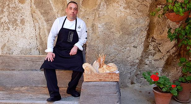Simone Millico, chef de La Trattoria del hotel Bahía del Duque, posa en un rincón del restaurante con los panes artesanos que hace él mismo | Foto: J.L.C.