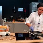 Carmen Díaz, durante la preparación de su bocadillo | Foto: abocados.es