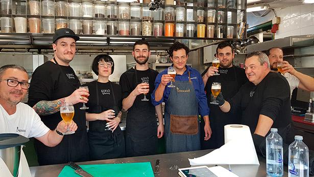 Carlos Gamonal, Safe Cruz y miembros de sus equipos brindan con Dorada en un reciente encuentro culinario de los dos chefs | Foto: José L. Conde