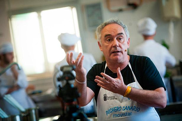 El chef Adrià explica a las cámaras su versión del puchero canario | Foto: Fran Pallero