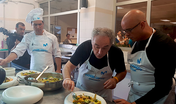 Ferran Adrià emplatando el puchero de cuaresma | Foto. J. L. Conde