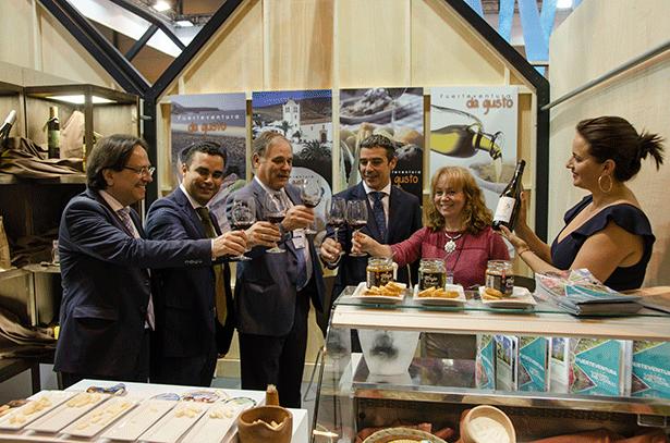 La delegación canaria, encabezada por Naravay Quintero, brinda en el estand de Fuerteventura