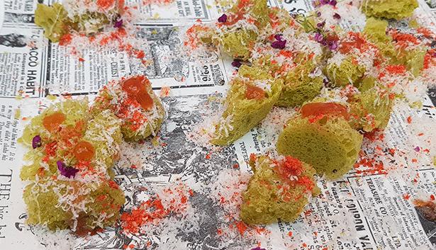 Esponja de mojo verde, chutney de tomate de La Aldea, nube de queso curado de cabra de Gran Canaria y polvo de tomate, una de las tapas servidas en el stand de Gran Canaria en Madrid Fusión este año | Foto: abocados.es