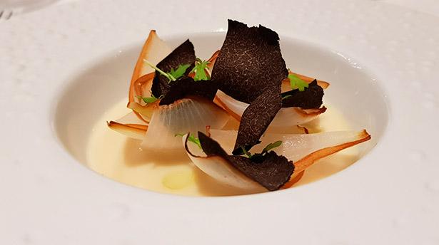 Cebolla asada, parmesano y trufa | Foto: José L. Conde