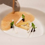 Velouté de foie gras, ajo negro y espárragos blancos | Foto: José L. Conde