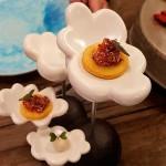 Rabanito con chocolate blanco y limón y sopaipilla con pebre de quinoa | Foto: J. L. Conde