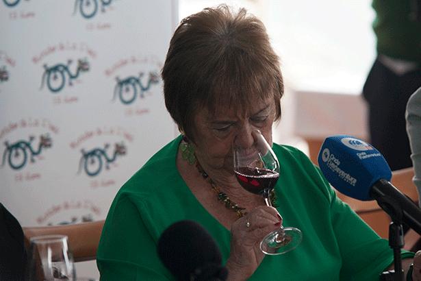 La enóloga María Isabel Mijares, durante la presentación de los vinos herreños