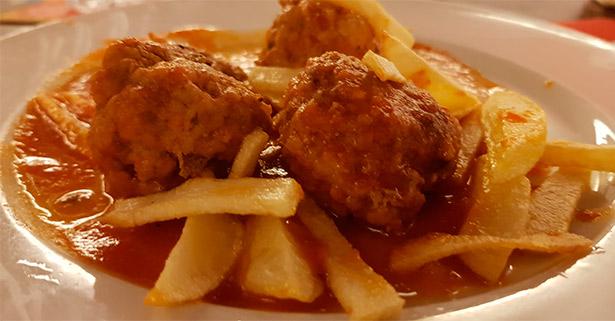 Albóndigas con tomate frito | Foto: abocados.es