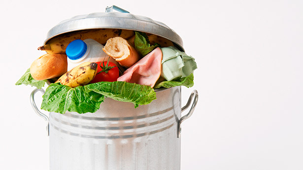 La huella hídrica asociada a los alimentos desperdiciados en España equivale a 131 litros de agua por persona y día