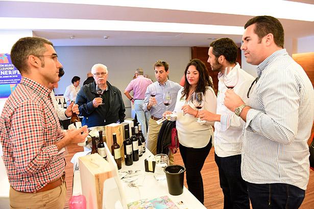 Expositores y clientes, durante la reunión de la Guía Peñín   Foto: Sergio Méndez