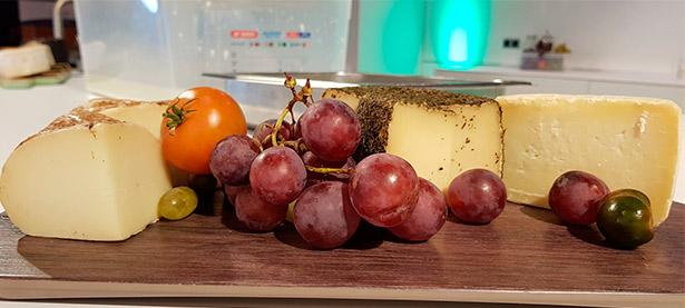 Algunos de los quesos de la Finca Uga que se presentaron en el encuentro | Foto: J.L.C.