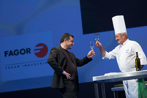 Arguiñano, que brinda con Josep Roca, ya ha recibido el premio | Foto: Coconut